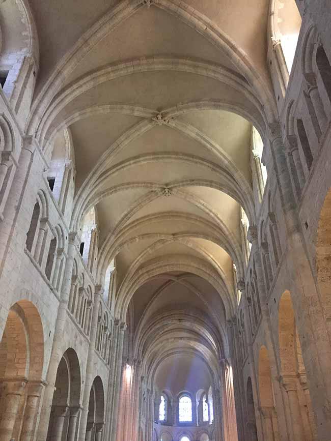 Les fameuses voûtes sur croisées d'ogives de l'abbaye de Lessay