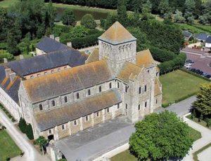 Une vue aérienne de l'abbaye de Lessay