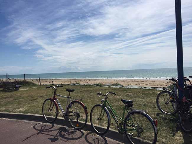 Balade à vélo au bord de mer en famille