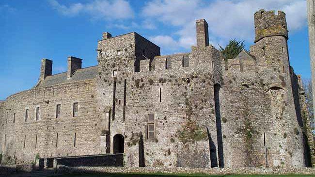 Vue de l'entrée du château fort de Pirou