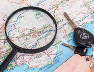 Clé de location de voiture sur une carte routière