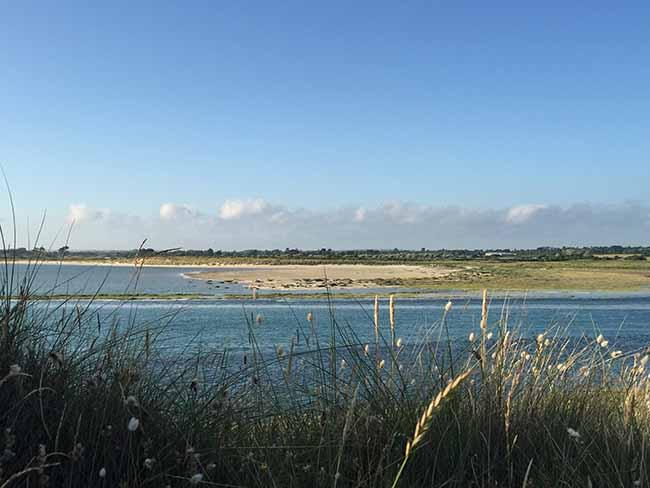 Le havre de Surville à marée haute sur la côte des havres