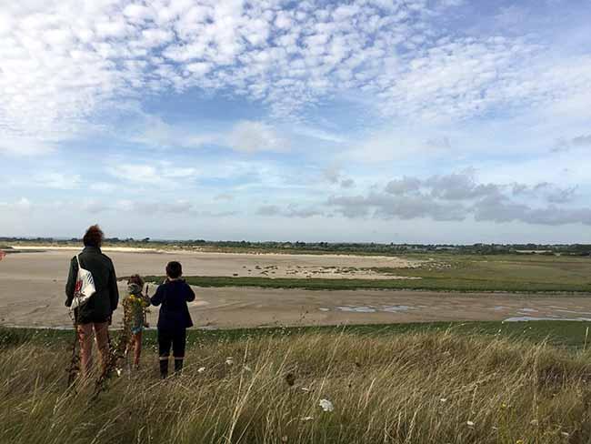 Famille se baladant sur la côte des havres à Surville