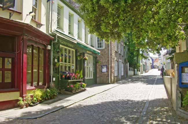 Petite rue pavée et calme à Aurigny