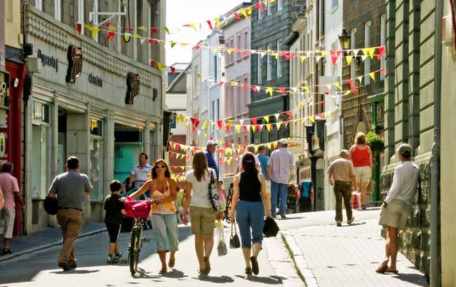 Rue à Guernesey propice à la balade en famille ou entre amis