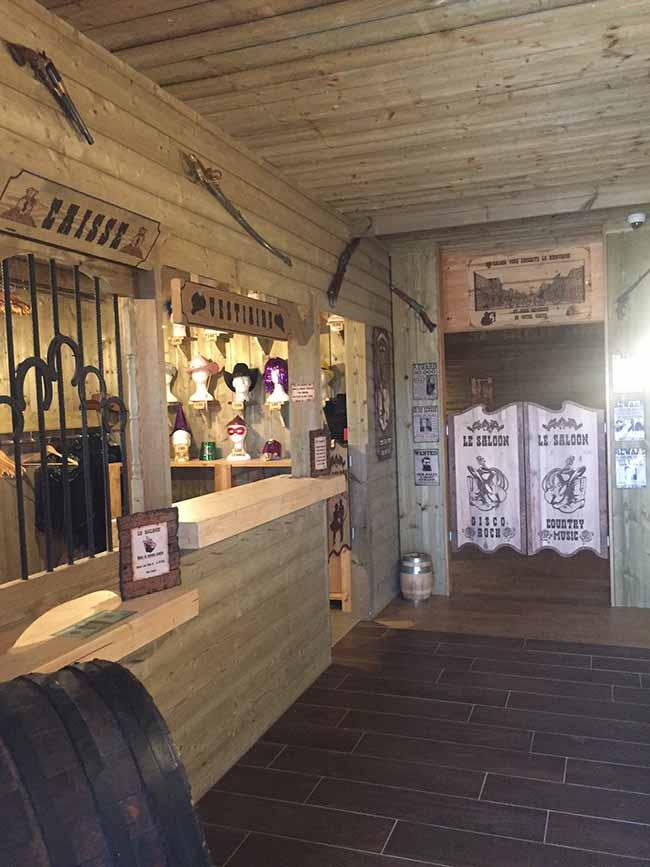 Entrée du bar dansant Le Saloon à Lessay ambiance country western pour sortir le soir entre amis