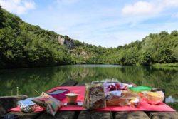 Table de pique-nique au Mont Castre pour le déjeuner en famille