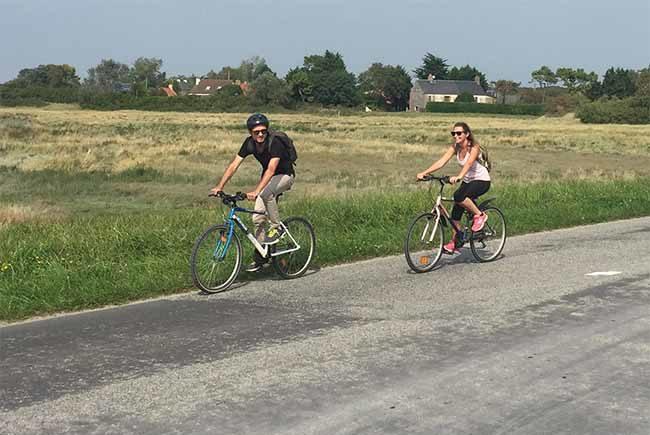 Une balade à vélo au bord de mer entre amis