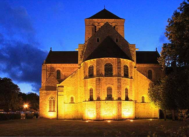 L'abbaye de Lessay éclairée à la tombée de la nuit