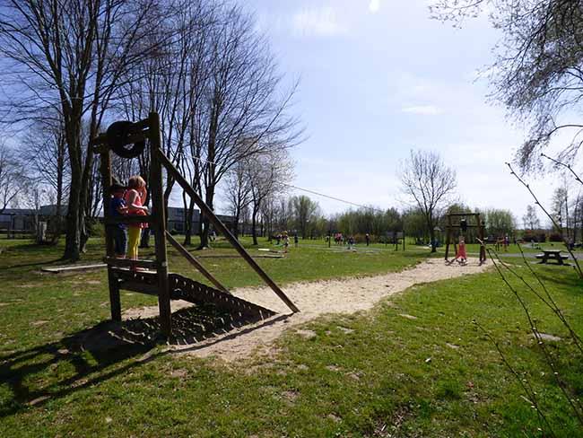 Aire de jeux pour les enfants à la base de loisirs aux étangs des Sarcelles