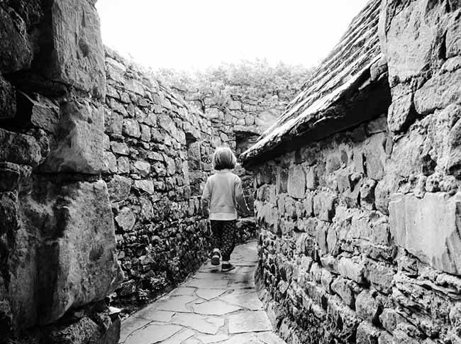 Petite fille courant sur les hauteurs du château de Pirou