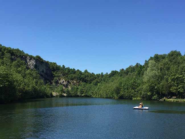 Activité pédalo sur l'étang du Mont Castre en été