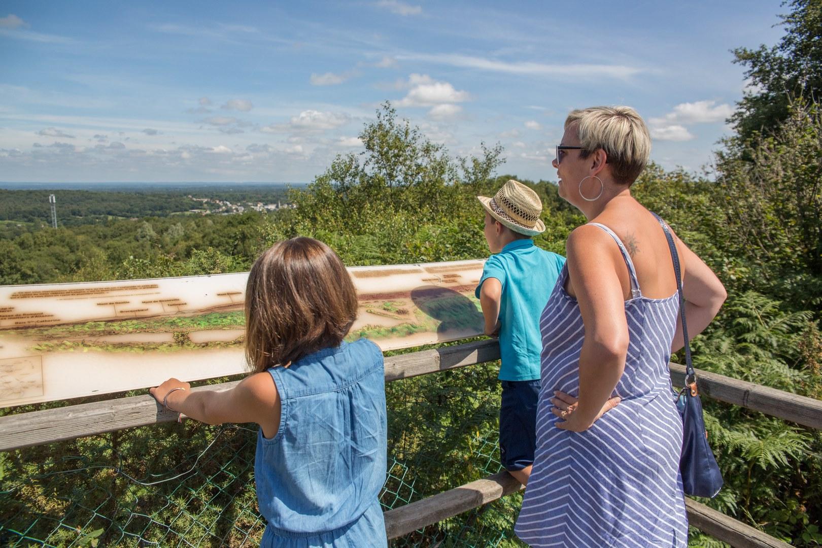 famille observant le Cotentin du haut du mont Castre