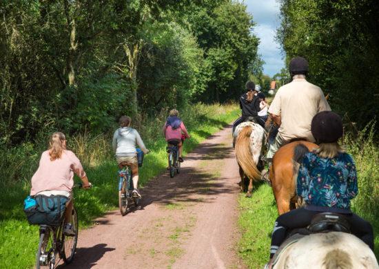 valade à vélo ou à cheval sur la voie verte dans La Manche