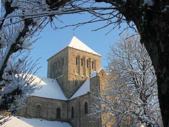 2012-abbatiale-sous-la-neige-Julien-Endelin-OT-du-Canton-de-Lessay-TIS