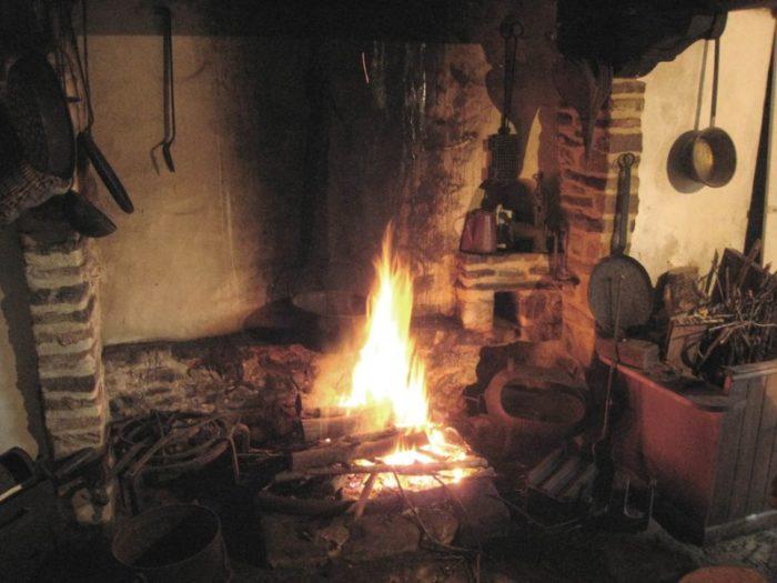 feu-cheminee-maison-des-adame-des-marais